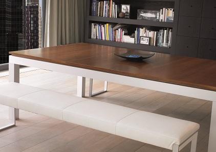 Une table à manger moderne convertible en table de billard pour des repas exceptionnels